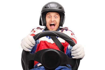 cinturon de seguridad: corredor del coche emocionados conducci�n muy r�pida sujeta con el cintur�n de seguridad y mirando a la c�mara aislada en el fondo blanco