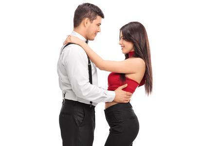 mujeres juntas: Hombre joven que abraza a su novia aisladas sobre fondo blanco