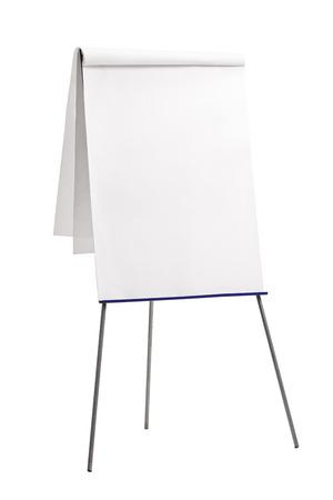 plan vertical d'un tableau de présentation avec un papier blanc sur elle isolé sur fond blanc