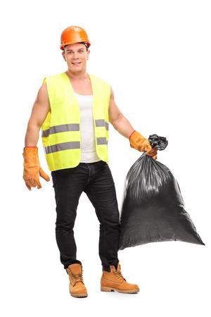 recolector de basura: Retrato de cuerpo entero de un joven recolector de sexo masculino que sostiene una bolsa de basura y mirando a la cámara aislada en el fondo blanco