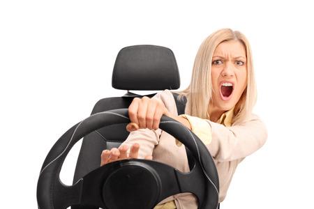 chofer: Programa piloto femenino enojado gritando y haciendo sonar el claxon aislado en fondo blanco Foto de archivo