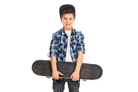 Kleines Kind mit einer blauen Kappe und kariertes Hemd mit einem Skateboard isoliert auf weißem Hintergrund Standard-Bild - 50767493