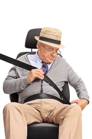 cinturon de seguridad: Tiro vertical de un caballero alto sujetar el cinturón de seguridad sentado en un asiento de coche aislado en el fondo blanco