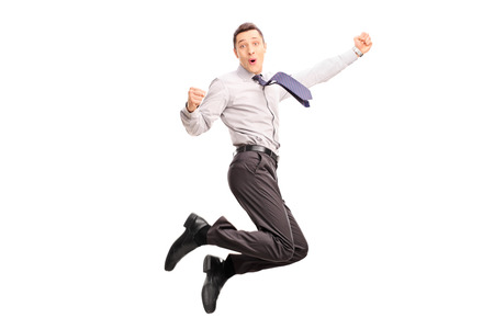 exito: Salto alegre joven empresario y gesticulando disparo de la felicidad en el aire aislado en el fondo blanco