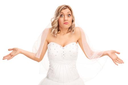 confundido: Studio foto de una joven novia confusa haciendo un gesto con la mano aisladas sobre fondo blanco Foto de archivo