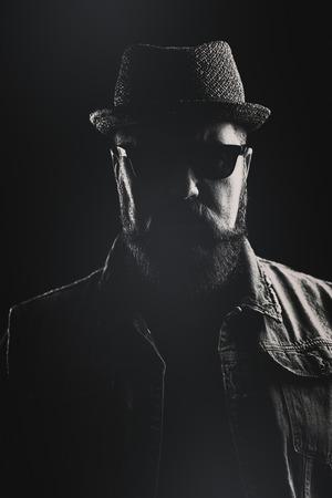 kapelusze: Pionowe portret hipster z kapelusza Pork Pie i gęsta broda na czarnym tle
