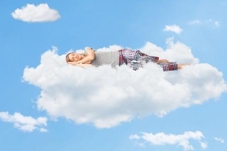 Scena tranquilla di una giovane donna che sogna e dormire su una nuvola nel cielo