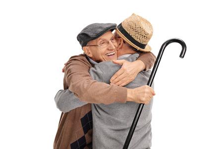 Studio shot di due vecchi amici si abbracciano isolato su sfondo bianco Archivio Fotografico