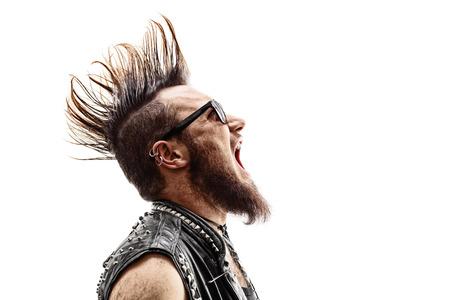 Perfil de un disparo de un rockero punk joven enojado con un peinado Mohawk gritando aislados sobre fondo blanco