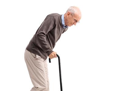 agotado: anciano agotado caminando con un bastón aislado en el fondo blanco