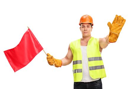 Bauarbeiter eine rote Fahne schwenkte und macht eine Geste Stop-Hand isoliert auf weißem Hintergrund Standard-Bild
