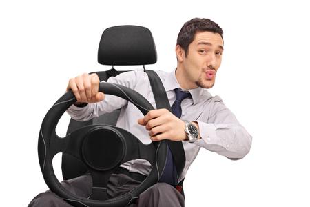 Pewny siebie młody człowiek prowadzący i gwiżdżący ustami na białym tle