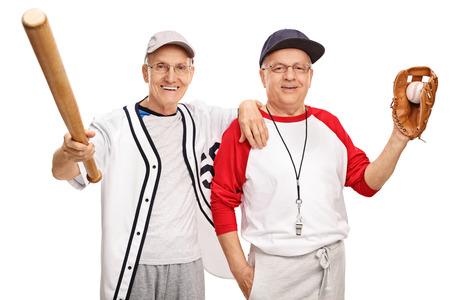 amateur: Dos jugadores de b�isbol aficionado de alto nivel con un bate y una pelota aislados sobre fondo blanco
