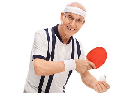 jugando tenis: Mayor activo tenis de mesa de juego y sonriente aislados sobre fondo blanco