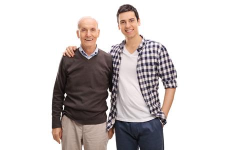 Vrolijke vader en zoon knuffelen en poseren samen op een witte achtergrond