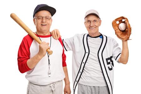 bate: Dos personas mayores en ropa deportiva de retención bate de béisbol y una pelota de béisbol aislados en el fondo blanco