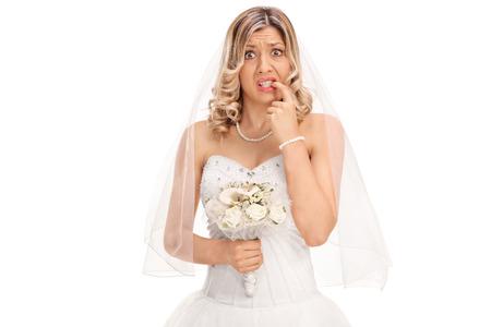 신경 젊은 신부 그녀의 손톱을 물어 뜯고 카메라를 찾고 흰색 배경에 고립 스톡 콘텐츠