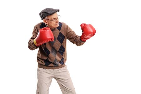 Studio shot van een senior man met rode bokshandschoenen op een witte achtergrond