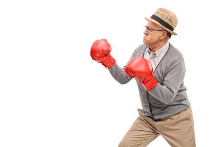 la haute colère avec des gants de boxe rouge préparé pour un combat isolé sur fond blanc Banque d'images