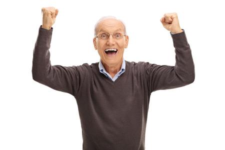 Studio Schuss von einem aufgeregten Rentner Gestikulieren Glück und Blick auf die Kamera isoliert auf weißem Hintergrund