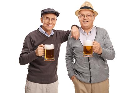 Studio shot di due vecchi amici che presentano insieme e bere birra isolato su sfondo bianco