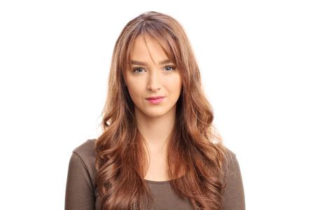 ojos azules: Retrato de una mujer joven y bella morena mirando a la cámara aislada en el fondo blanco