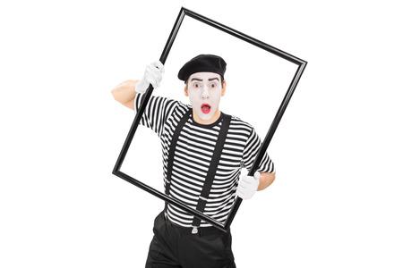 mimo: mimo joven que se realiza con un gran marco de imagen negro sobre fondo blanco