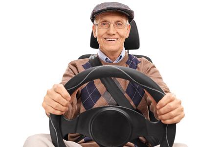 Studioaufnahme eines älteren Fahrer ein Lenkrad und schaut in die Kamera hält isoliert auf weißem Hintergrund