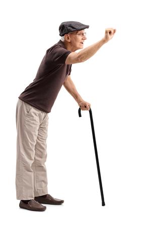 tocar la puerta: Retrato de cuerpo entero de un caballero mayor que prepara para llamar a una puerta aislada en el fondo blanco Foto de archivo