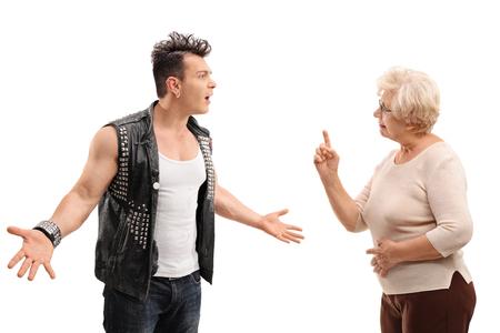 mama e hijo: Enojado punk rocker de discutir con su abuela aisladas sobre fondo blanco Foto de archivo