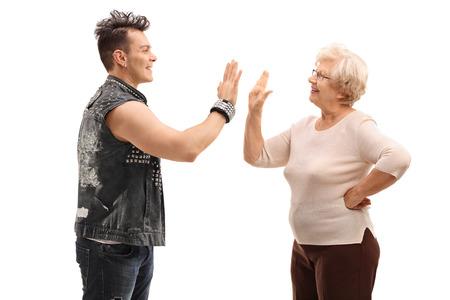 mama e hijo: Punk rocker y su abuela haciendo un cinco aislados sobre fondo blanco
