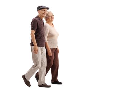 大人のカップルが一緒に歩いて、白い背景で隔離を笑顔
