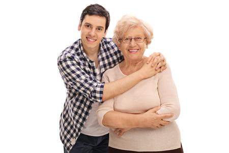 mama e hijo: El estudio tiró de un hombre joven abrazando a una señora mayor aislado en el fondo blanco