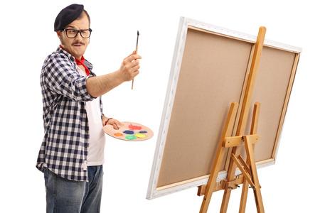 artistas: artista medir proporciones jóvenes con un pincel aisladas sobre fondo blanco