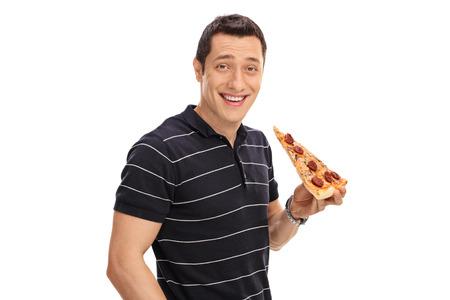 Junger Mann auf weißem Hintergrund ein Stück Pizza mit isolierten
