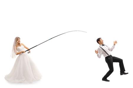 pesca: pesca Novia joven con una varilla y la captura de un novio aislado en el fondo blanco