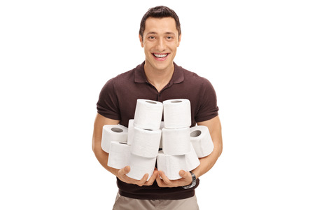 papel higienico: hombre joven que sostiene una pila de rollos de papel higiénico de la mujer aislada en el fondo blanco