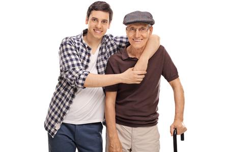 Jonge kerel koestert een senior man op een witte achtergrond Stockfoto