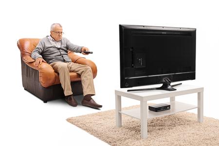 Frustrierter älterer Mann vor dem Fernseher und die Kanäle umschalten auf weißem Hintergrund