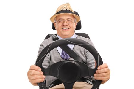 cinturon seguridad: El sentarse sonriente de alto nivel en un asiento de coche y la conducción aislada en el fondo blanco Foto de archivo