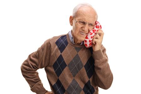 白い背景で隔離の歯痛を経験している中年の男性