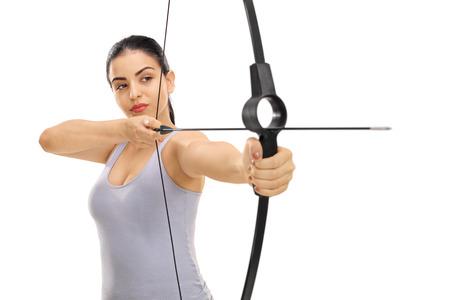 Mujer que apunta con un arco y flecha aisladas sobre fondo blanco