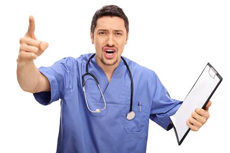 docteur en colère en faisant valoir et faire des gestes avec son doigt isolé sur fond blanc