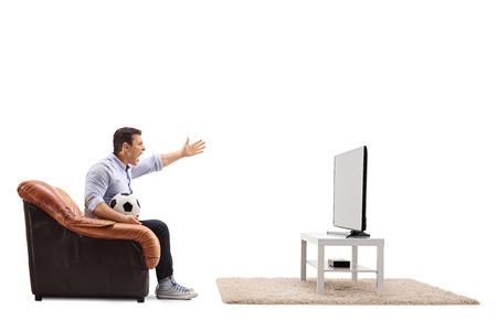 Homme en colère regardant le football à la télévision et criant isolé sur fond blanc
