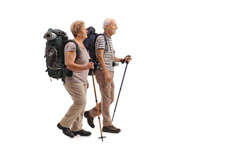 Pełny profil długość strzał starszych turystów chodzenia na białym tle