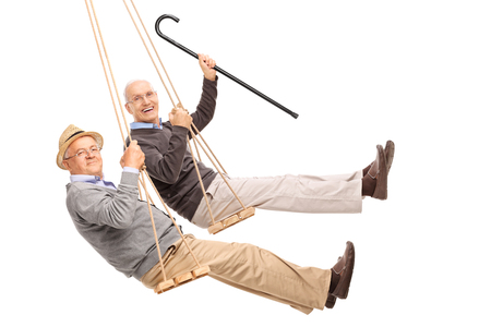 Twee vrolijke bejaarde mannen swingen op houten schommel op een witte achtergrond