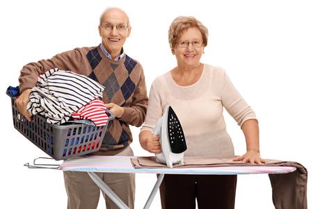 mujeres ancianas: Alegre pareja de alto nivel de plancha junto aislado en el fondo blanco