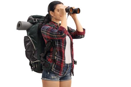 Vrouwelijke wandelaar kijken door een verrekijker op een witte achtergrond Stockfoto