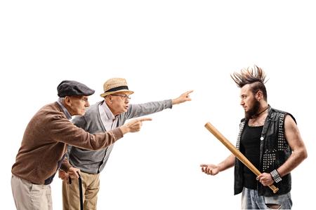 irrespeto: Dos hombres de edad avanzada que discuten con un punk aislados en el fondo blanco Foto de archivo