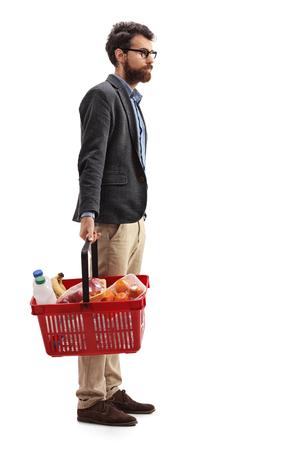 Ganzaufnahme eines Mannes mit einem Einkaufskorb voll von der Uhr , die in der Stadt lokalisiert auf weißem Hintergrund steht